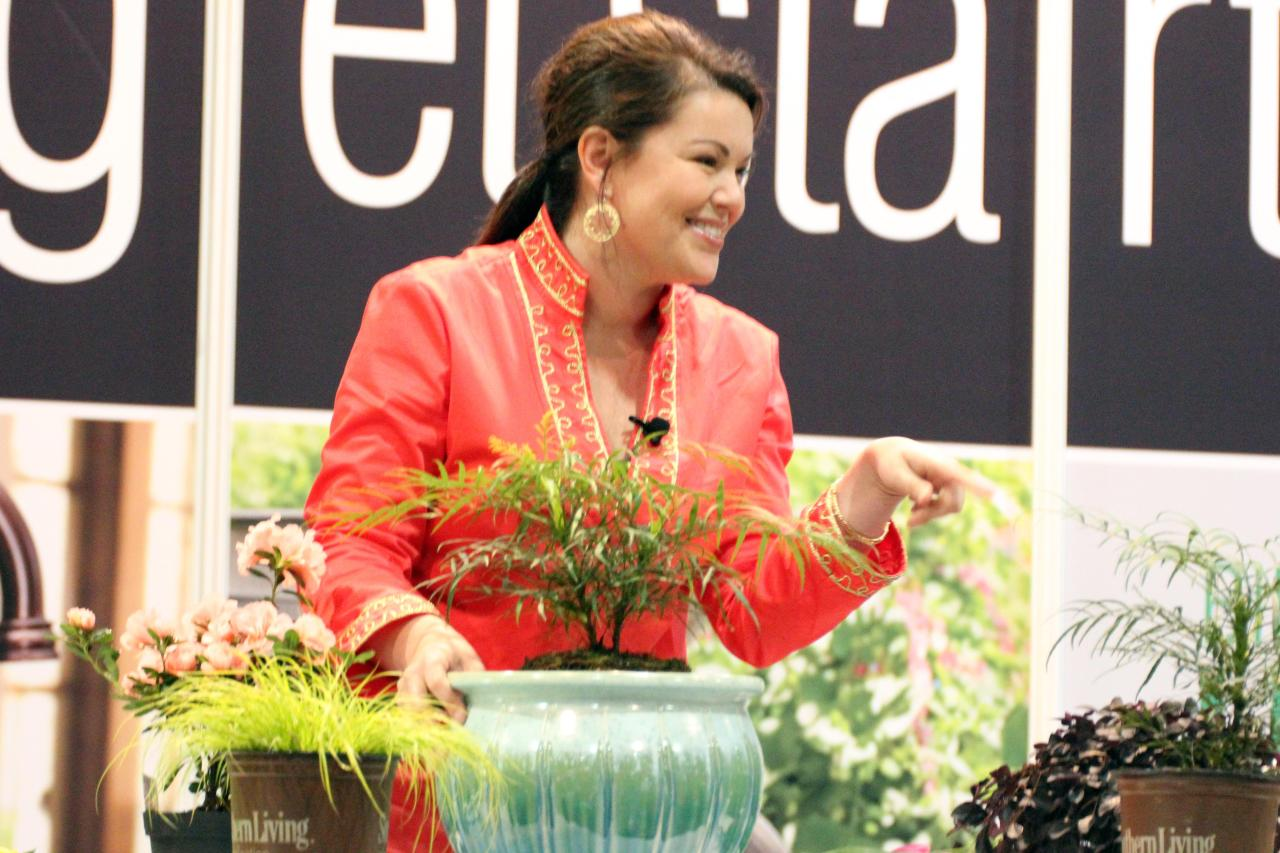 Carmen Johnston presenting Southern Plant Collection's expert decorating tips for 2014. Wow! Carmen gave me some great ideas for decorating the small green space of my future apartment.