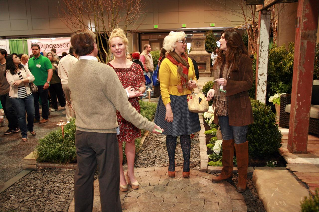 Ooo another paparazzi shot! The VIP and Emily Ellyn chatting with the Father Nature Landscapes people about their awesome display.