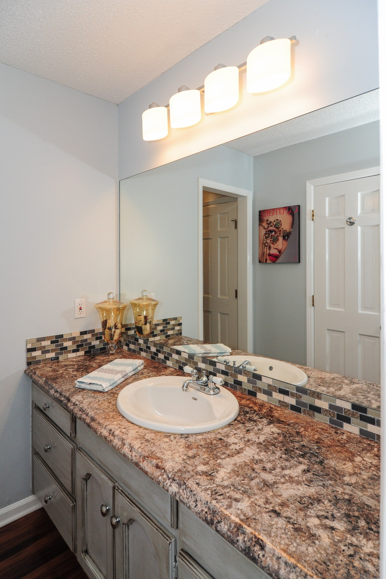 *drum roll* After the bathroom reno--getting ready for events and photo shoots in here is now an easy task. Who knew that counter tops were so handy *wink*