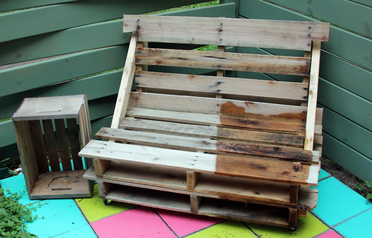 I plan to add some white wash *cue Mark Twain's Tom Sawyer* to this fabulous bench and crate table.