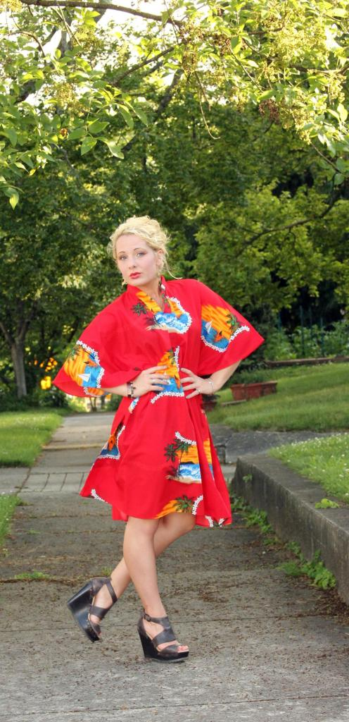 Click here to get the scoop about this FABULOUS vintage kimono dress + where I got it! (Pst...there's also more photos + ways to wear *wink*)